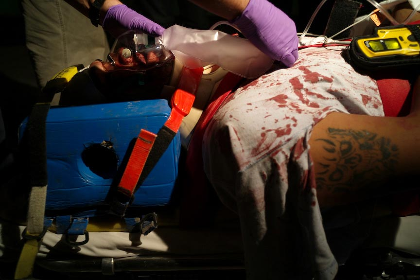 Juárez: Treating a victim, medical gear and blood; © Julián Cardona