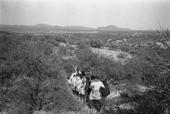 Mexicans immigrants walking near the desert border (photo: Julián Cardona)