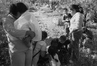 Mothers and their children crossing the desert (photo: Julián Cardona)