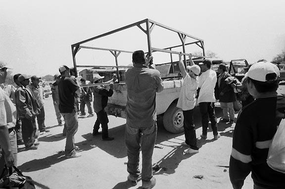 Mexican immigrants boarding truck to head towards the border (photo: Julián Cardona)