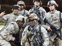 US Army troops pose in front of Iraqi palace