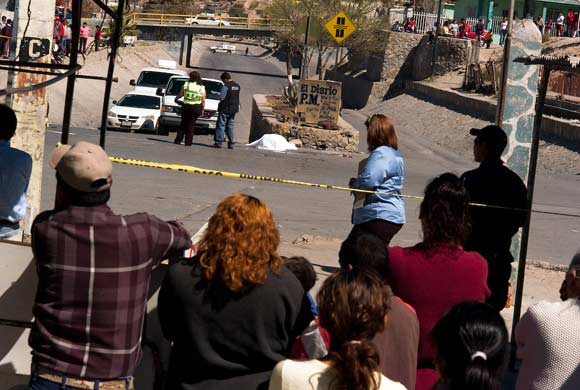 Juarez- dead body with police and onlookers, daytime